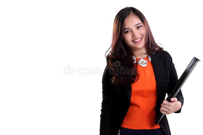 Atrakcyjna korporacyjna kobieta niesie falcówkę odizolowywającą fotografia stock