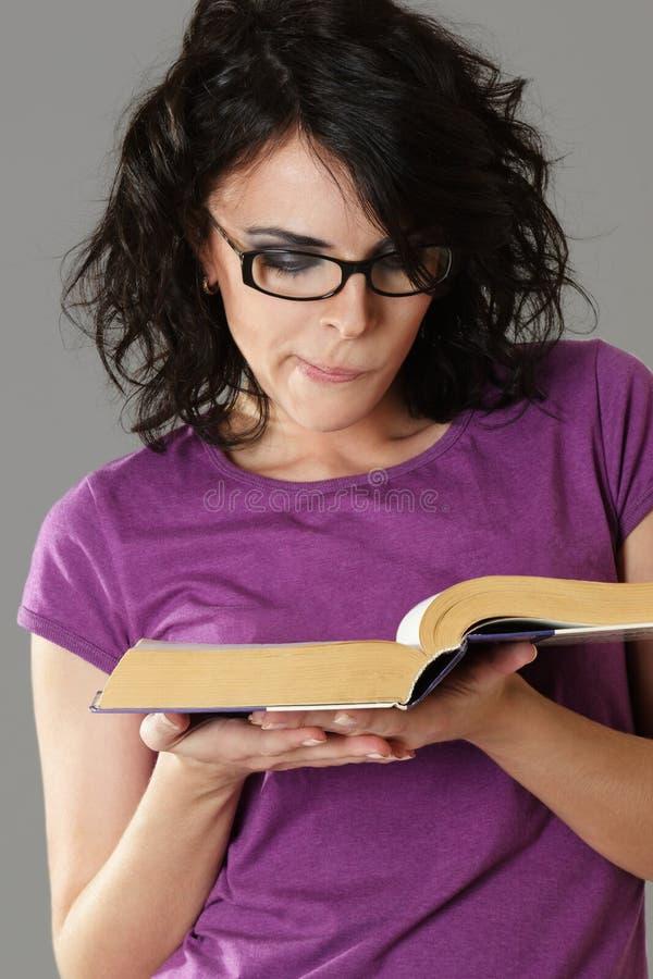 atrakcyjna książkowa czytelnicza kobieta zdjęcia stock