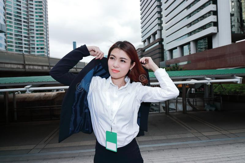 Atrakcyjna młoda Azjatycka biznesowa kobieta jest ubranym kostium między odprowadzeniem biuro zdjęcie royalty free