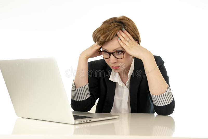 Atrakcyjna młoda biznesowa kobieta w szkła działaniu na jej komputerze stresującym się, męczącym i przytłaczającym, obrazy stock