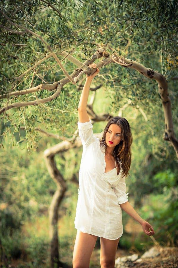 Atrakcyjna, młoda brunetka na plaży, obraz royalty free