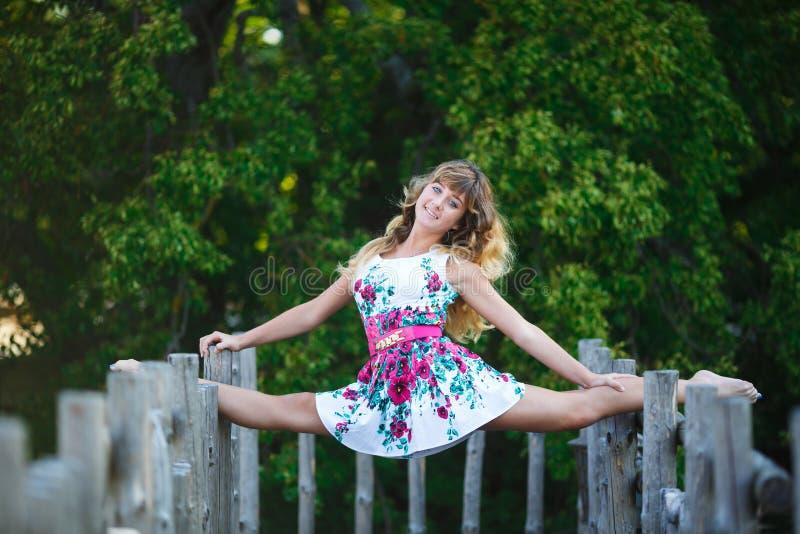 Download Atrakcyjna Młoda Dziewczyna Robi Rozłamów ćwiczeniom Zdjęcie Stock - Obraz złożonej z sportowy, ciało: 57672486