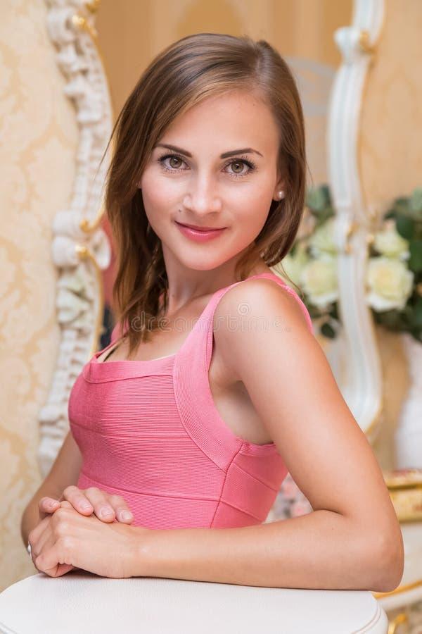 Atrakcyjna młoda dziewczyna w czerwonej sukni stoi fotografia stock