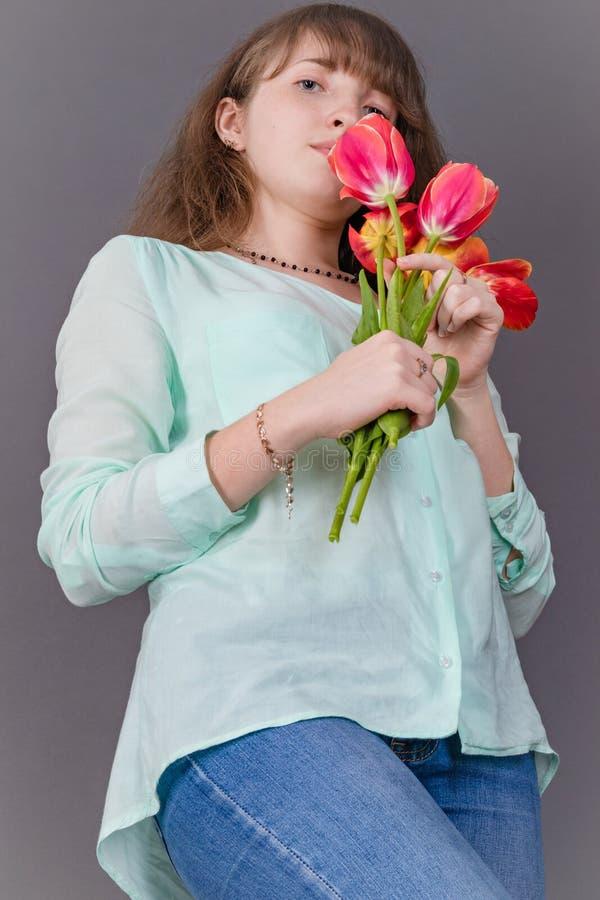 Atrakcyjna, młoda dziewczyna z kolorowymi tulipanami zdjęcie royalty free