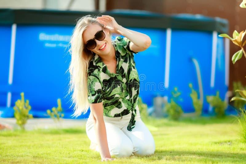 Atrakcyjna młoda kobieta, blondynka z długie włosy i pięknym uśmiechem fotografia royalty free