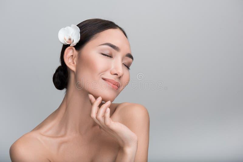 Atrakcyjna młoda kobieta cieszy się jej świeżą skórę i miękką część obrazy stock