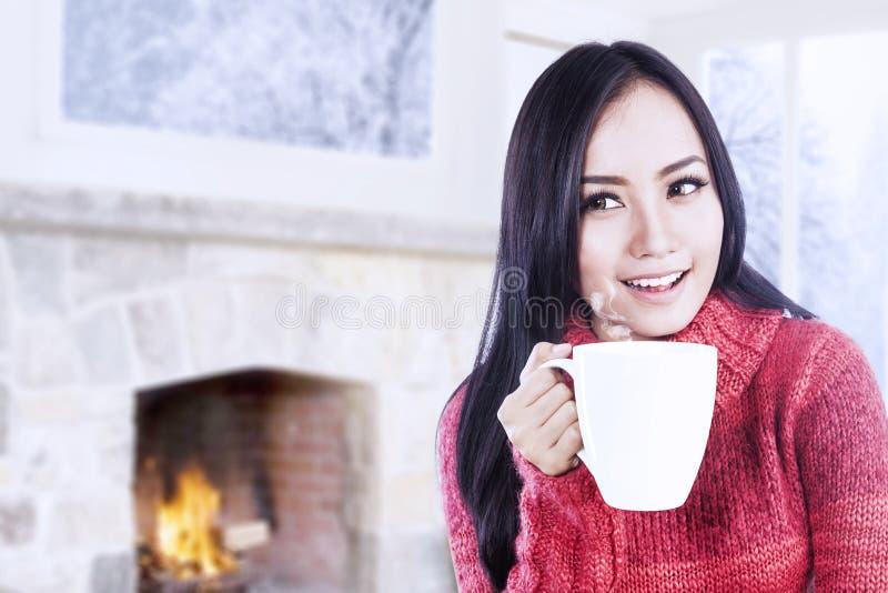 Atrakcyjna młoda kobieta cieszy się kawę w domu obraz stock