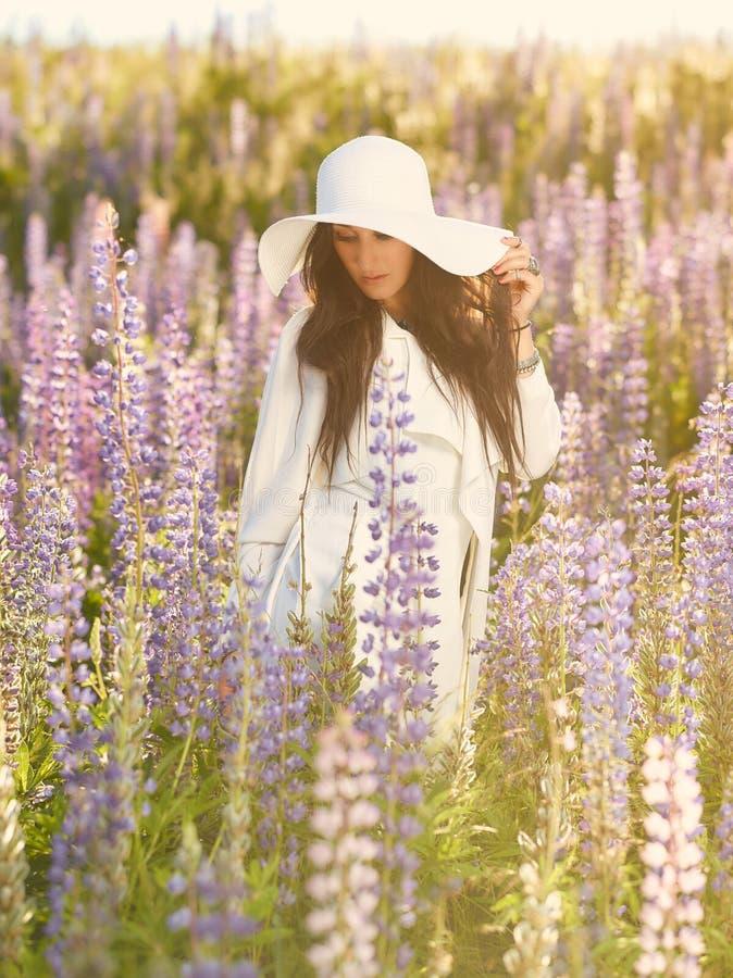 Atrakcyjna młoda kobieta i łąka obraz stock