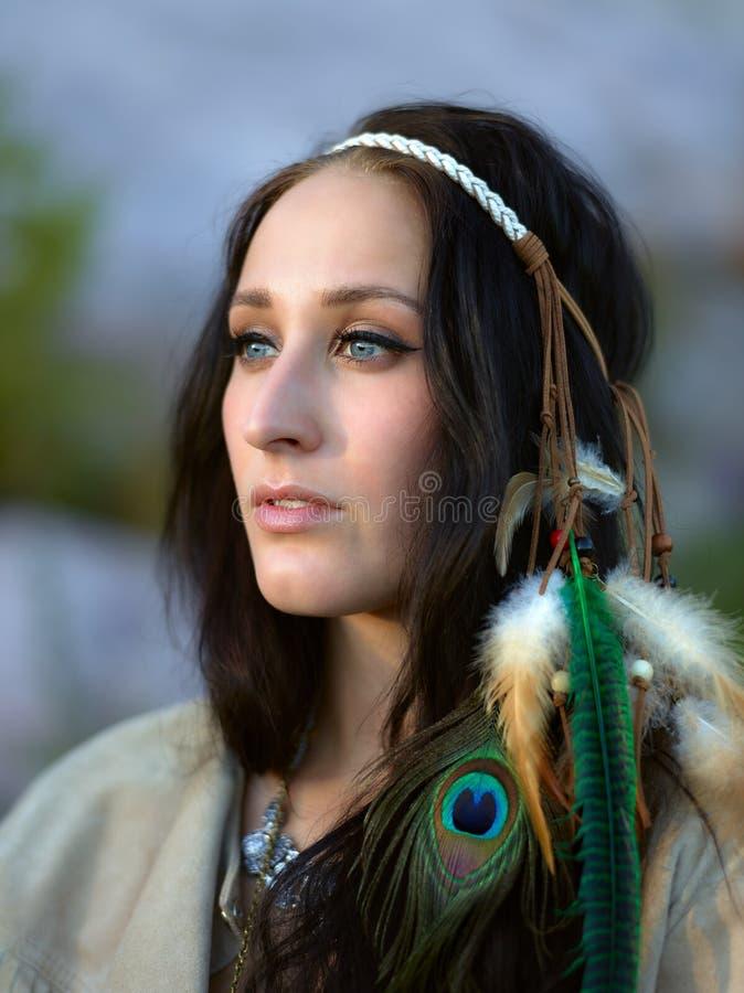 Atrakcyjna młoda kobieta i piórka headpiece obrazy stock