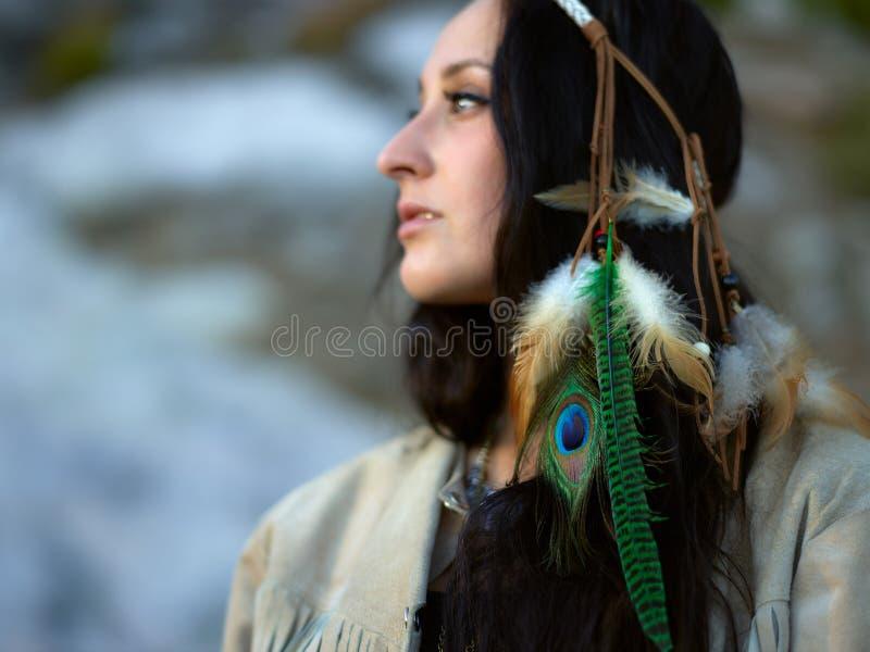 Atrakcyjna młoda kobieta i piórka headpiece fotografia royalty free