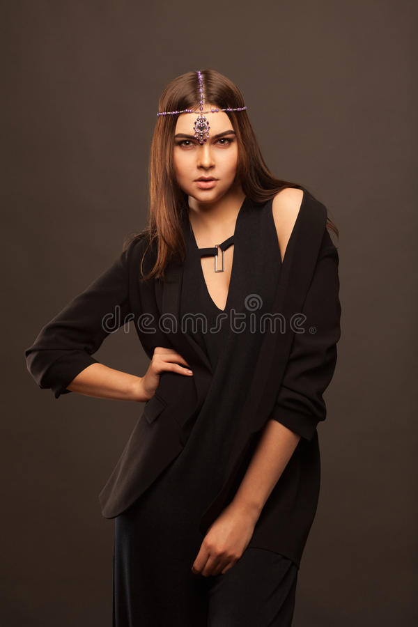 Atrakcyjna młoda kobieta jest ubranym piękną suknię obrazy stock