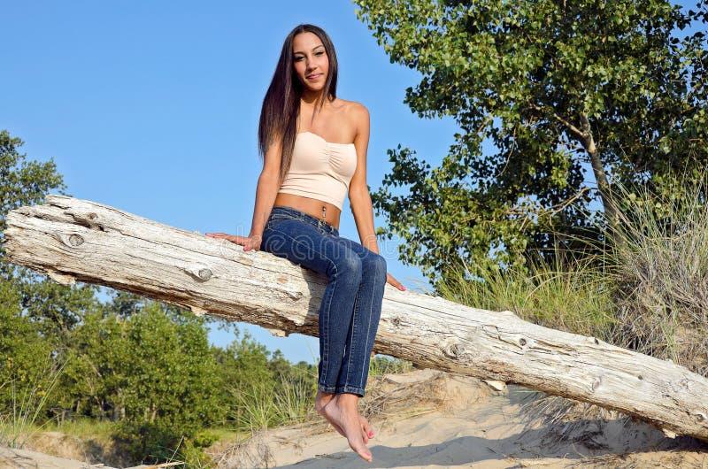 atrakcyjna młoda kobieta na plażowej beli zdjęcie stock