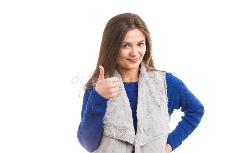 Atrakcyjna młoda kobieta pokazuje ok gest obrazy stock