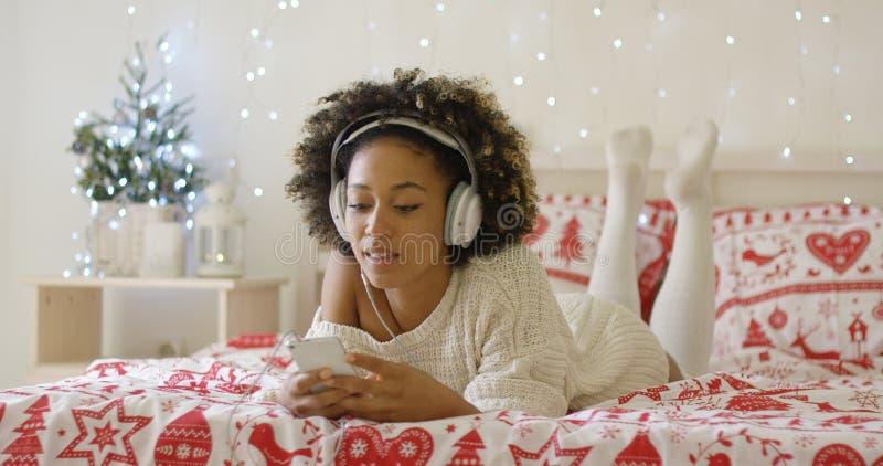 Atrakcyjna młoda kobieta relaksuje przy bożymi narodzeniami obraz royalty free
