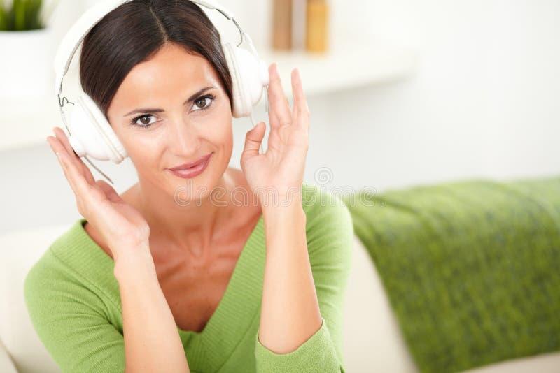 Download Atrakcyjna Młoda Kobieta Słucha Muzyka Zdjęcie Stock - Obraz złożonej z przestrzeń, koszula: 53792078