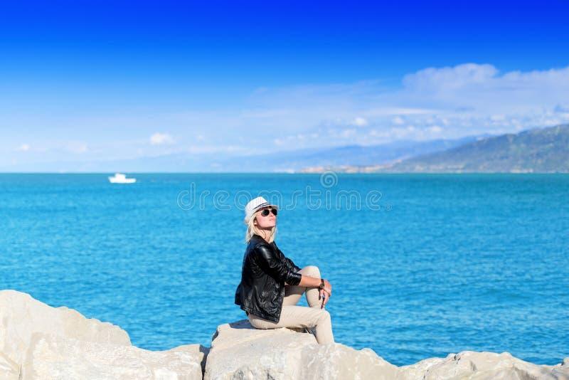 Atrakcyjna młoda kobieta sunbathing obraz royalty free