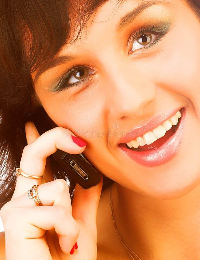 Atrakcyjna młoda kobieta target378_0_ komórkowym telefonem Odizolowywający fotografia stock