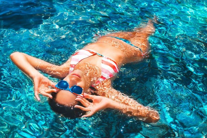 Atrakcyjna młoda kobieta unosi się na morzu fotografia stock
