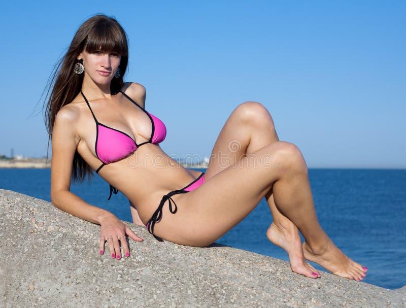 Atrakcyjna młoda kobieta w bikini na seashore zdjęcie royalty free