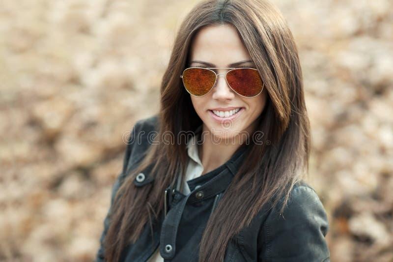 Atrakcyjna młoda kobieta w okularach przeciwsłonecznych - zbliżenie zdjęcie stock