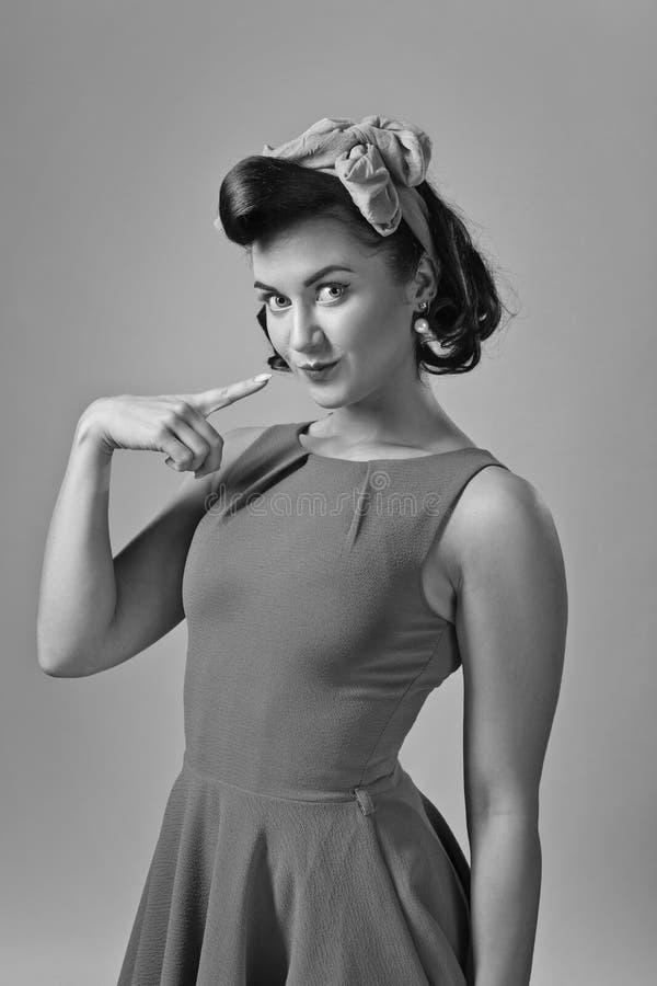 Atrakcyjna młoda kobieta w 50s stylu z doskonalić brzęczeniami i makijażem zdjęcia royalty free