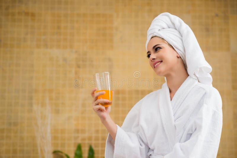 Atrakcyjna młoda kobieta w zdroju salonie zdjęcia stock