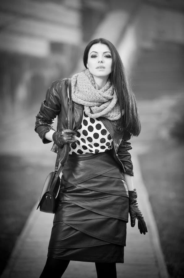 Atrakcyjna młoda kobieta w zimy mody strzale Piękna modna młoda dziewczyna w czarnej skórze na alei obraz royalty free