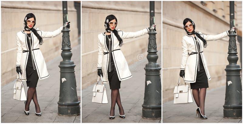 Atrakcyjna młoda kobieta w zimy mody strzale Piękna modna młoda dziewczyna w czarny i biały stroju pozuje na alei obraz royalty free