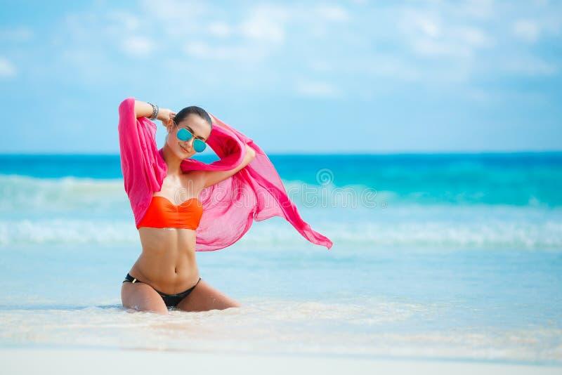 Download Atrakcyjna Młoda Kobieta Z Czerwonym Pareo Na Plaży Obraz Stock - Obraz złożonej z folował, moda: 53781983