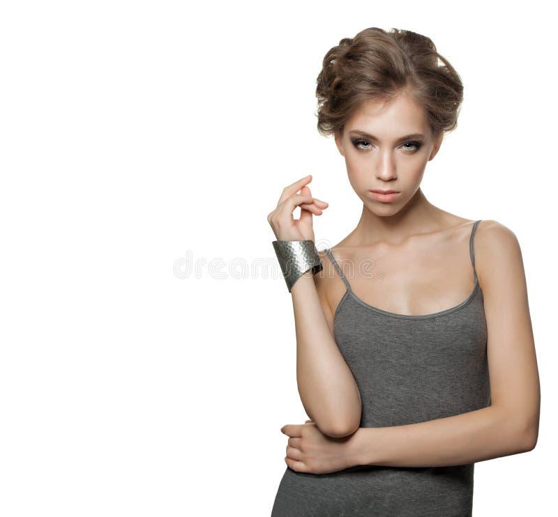 Atrakcyjna młoda kobieta z Updo Falistym włosy obrazy stock