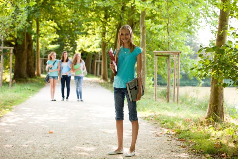 Atrakcyjna młoda nastoletnia dziewczyna na jej sposobie grupować fotografia stock