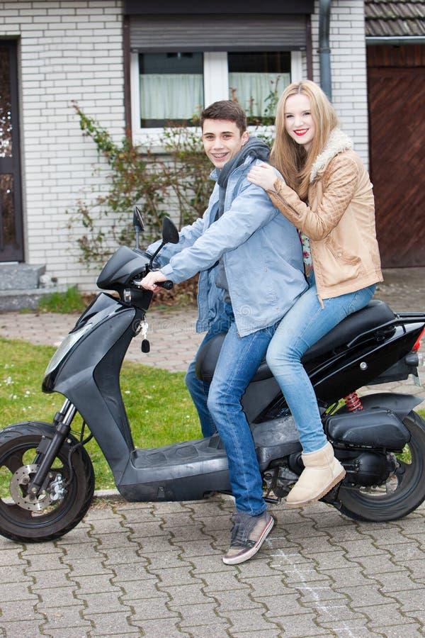 Atrakcyjna młoda nastoletnia para na motocyklu obrazy royalty free