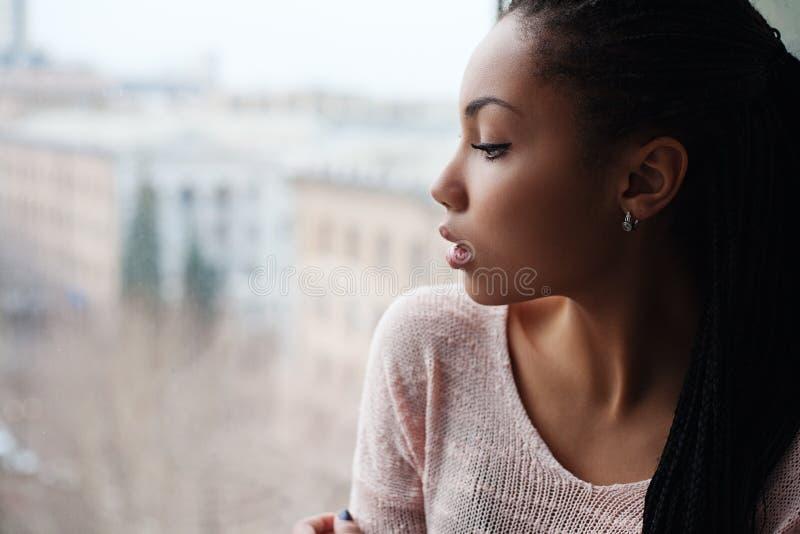 Atrakcyjna młoda oliwkowa dziewczyna pozuje w studiu zdjęcia stock