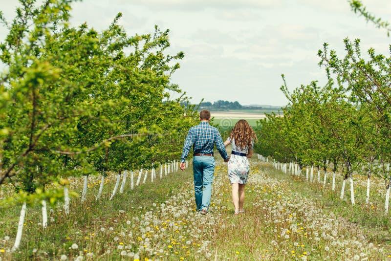 Atrakcyjna młoda szczęśliwa para na wiosna ogródzie zdjęcia stock