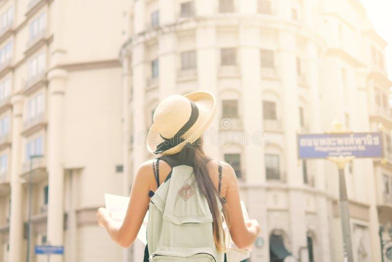 Atrakcyjna Młoda Turystyczna dziewczyny pozycja na Starej ulicie z miasto mapą Wokoło spojrzeniem i obrazy stock