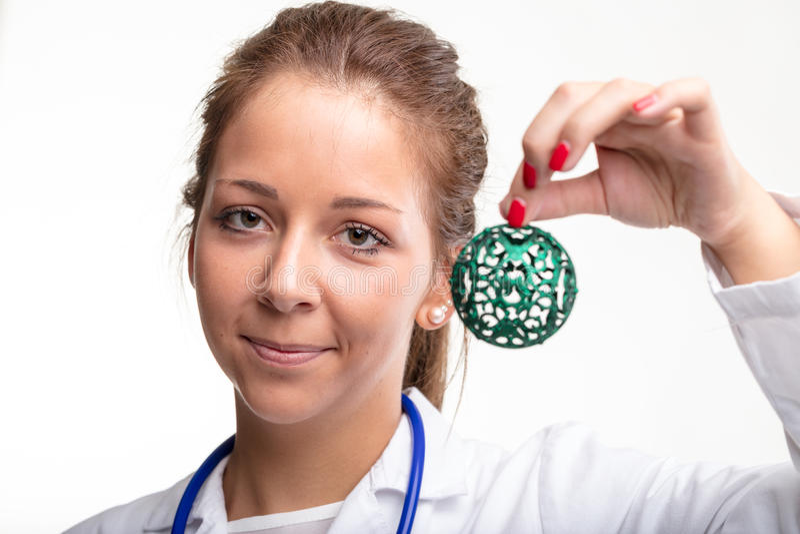 Atrakcyjna młodej kobiety lekarka trzyma bauble zdjęcia royalty free