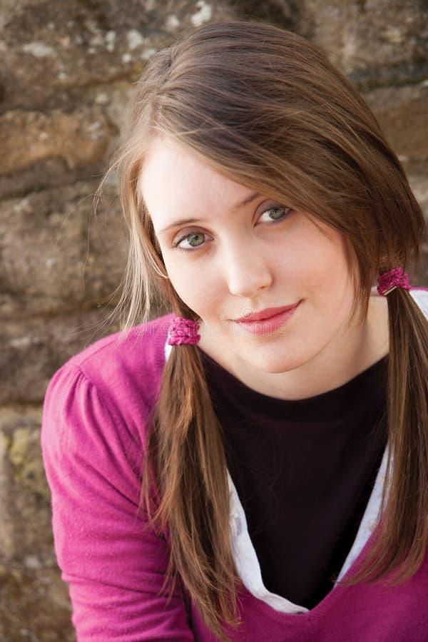 Download Atrakcyjna młoda kobieta obraz stock. Obraz złożonej z kobieta - 28824749