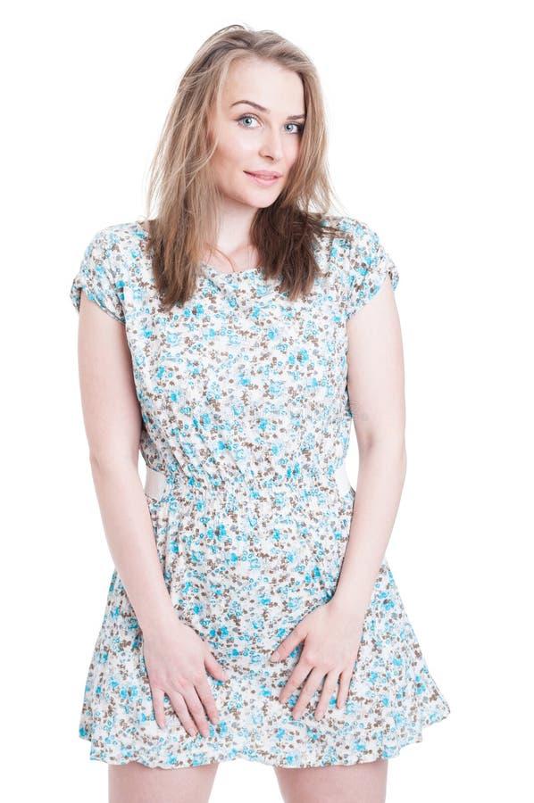 Atrakcyjna modna kobieta jest ubranym krótką lato suknię obraz stock
