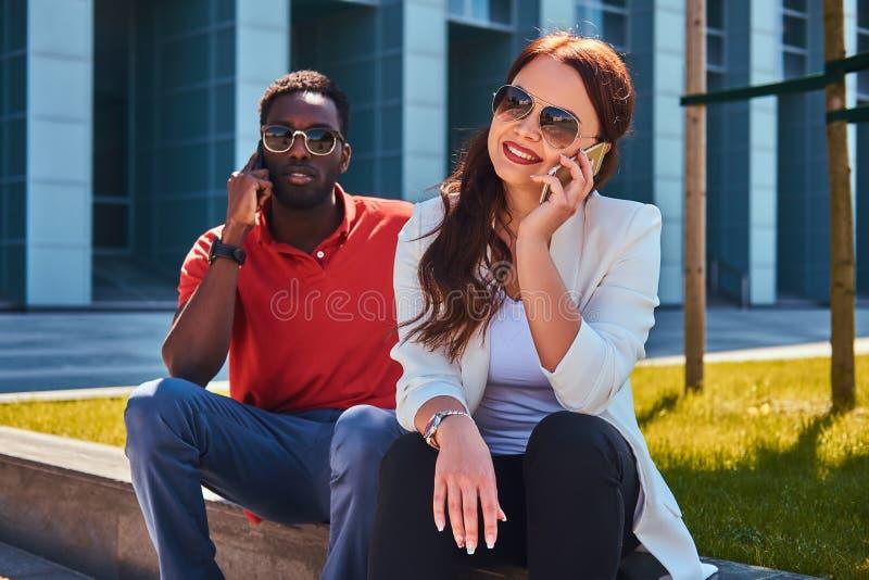 Atrakcyjna para cieszy się ładny pogodowy outside obraz stock