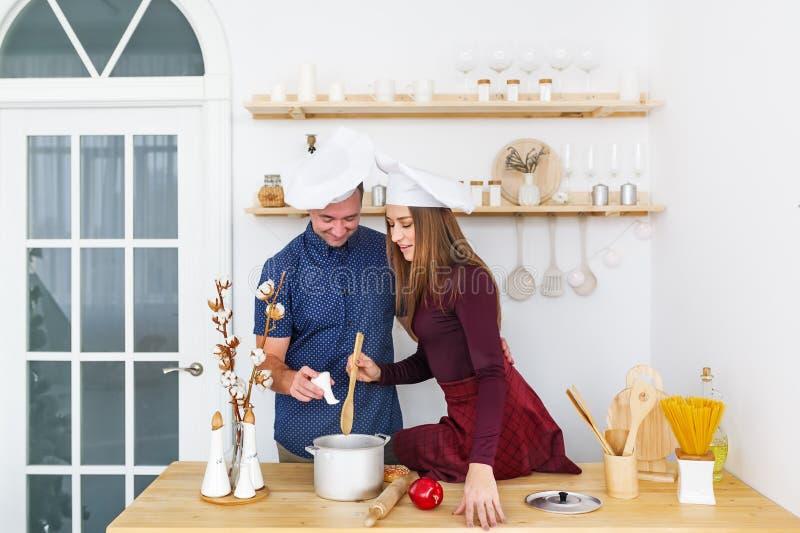 Atrakcyjna para gotuje na domowej kuchni fotografia stock