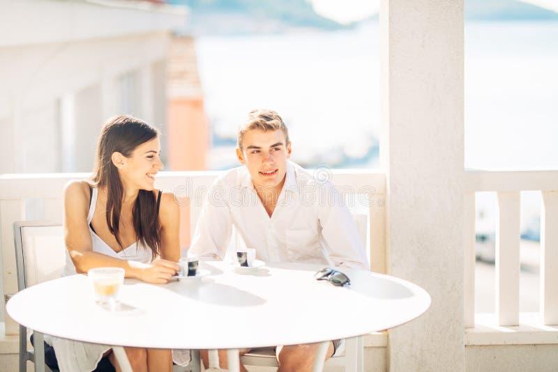 Atrakcyjna para ma pierwszy datę Kawa z przyjacielem Uśmiechnięci szczęśliwi ludzie robi selfie z smartphone zdjęcie stock