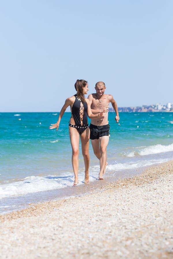 Atrakcyjna para ma zabawę na plaży fotografia stock
