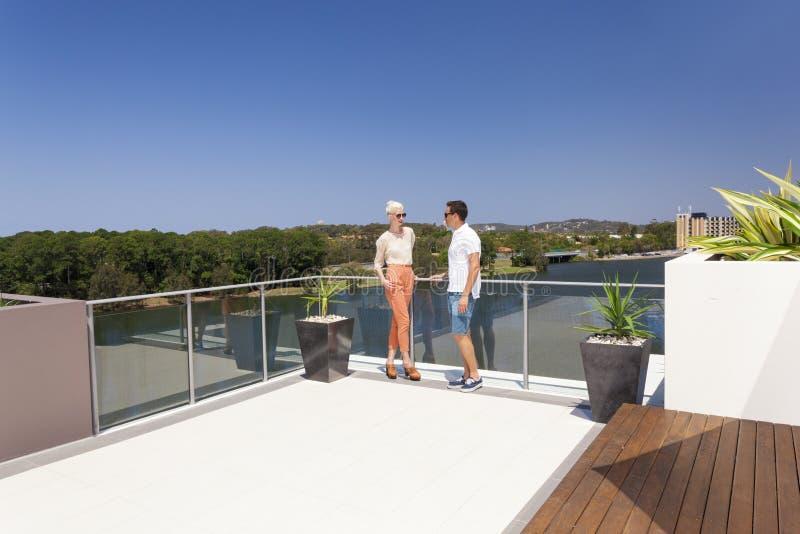 Atrakcyjna para na balkonie obrazy royalty free