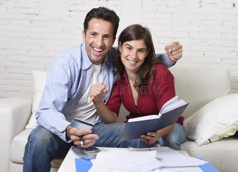Atrakcyjna pary księgowości długu leżanka szczęśliwa w pieniężnym sukcesie i bogactwie w domu obrazy stock