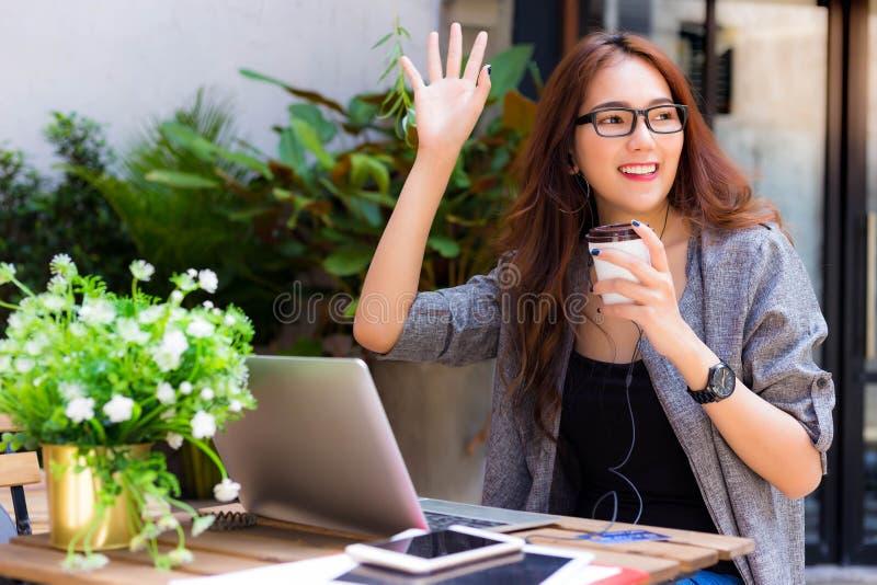 Atrakcyjna piękna biznesowa kobieta macha rękę i mówi on obraz royalty free