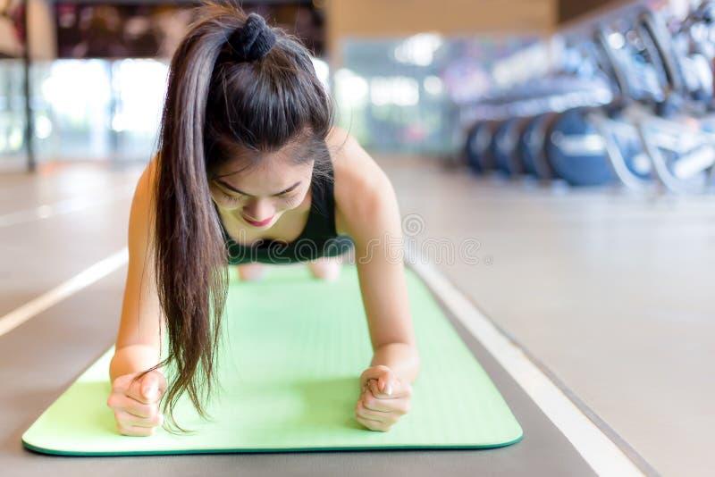 Atrakcyjna piękna kobieta robi ćwiczeniu na joga macie przy w ten sposób zdjęcia royalty free