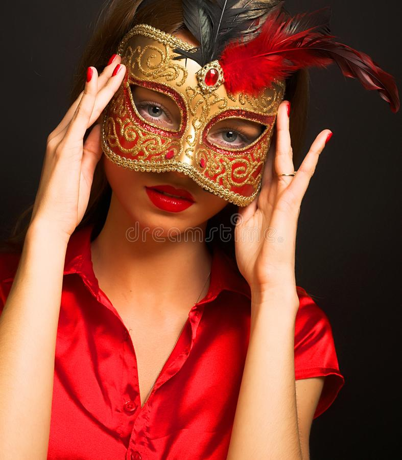 Atrakcyjna pi?kna m?oda kobieta jest ubranym czerwon? zimn? karnawa? mask? obraz royalty free
