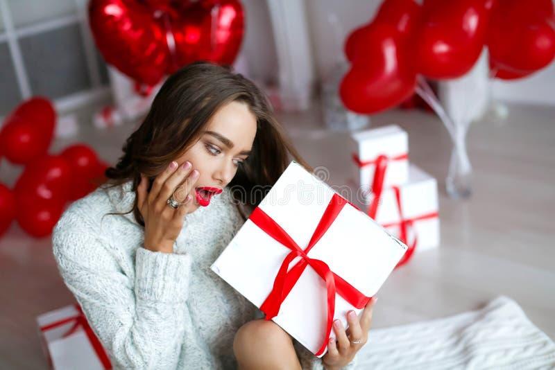 Atrakcyjna piękna, seksowna kobieta z i Z makeup przy urodziny lub valentines dnia mienia prezentem obrazy royalty free