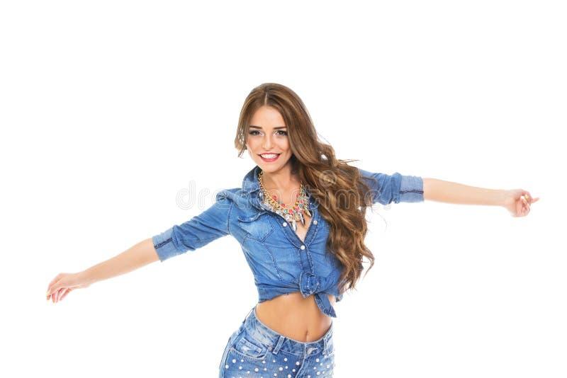 Atrakcyjna piękna szczęśliwa młoda kobieta w drelichowej koszula i cajgach obraz royalty free