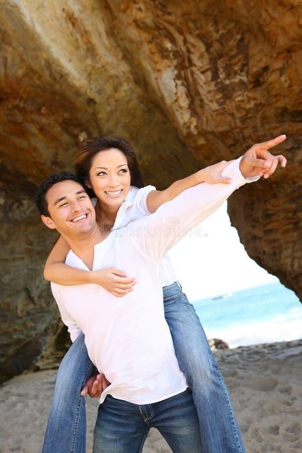 atrakcyjna plażowa para zdjęcia royalty free